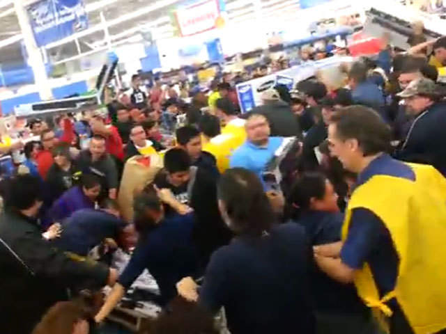 Video Thanksgiving Black Friday Shoppers Fight Over Tv