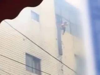 VIDEO: Servicemen catch kids tossed from fire