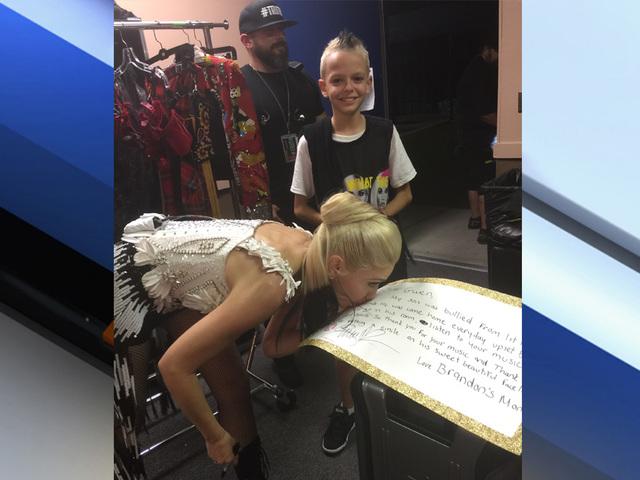 Stefani Kissing Brandon's Sign Backstage