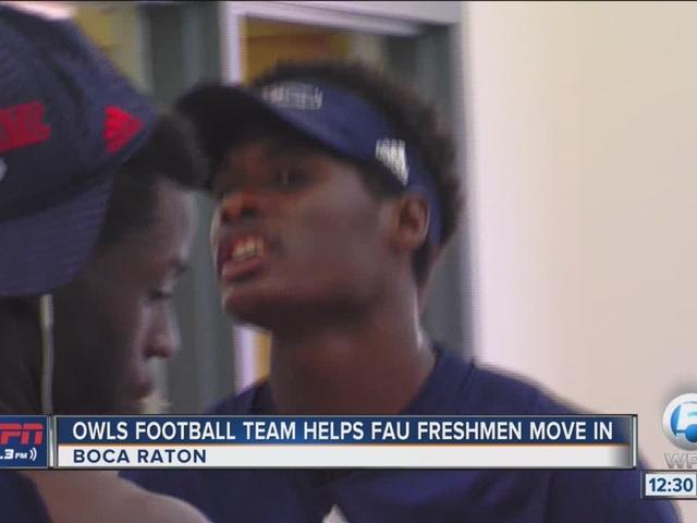 FAU football team helps freshmen move in