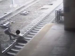 VIDEO: Officer pulls man from tracks