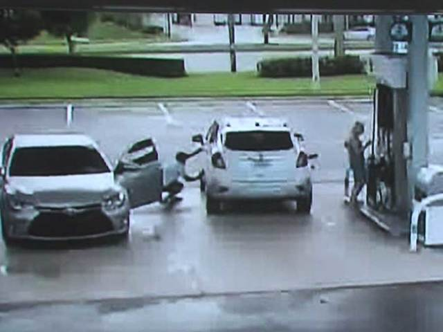 2 men snatch woman's purse at gas station in Parkland