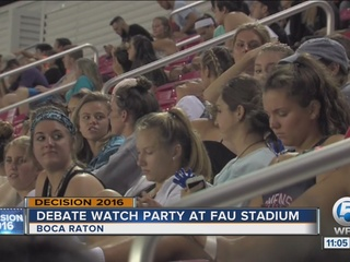FAU students gather to watch the debate