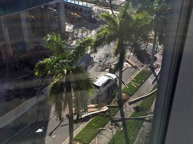 Scaffolding falls to street from Miami high-rise