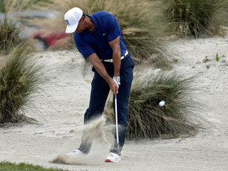 Tiger avoids mistakes and posts 65 in 2nd round