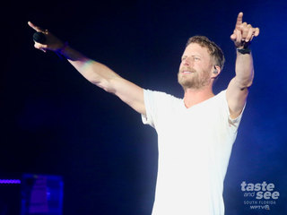 Pics: Dierks Bentley Interacts with his fans