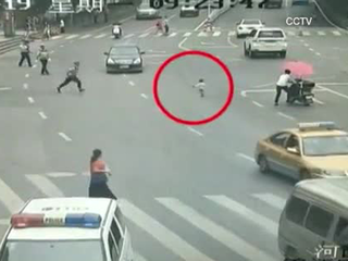 Officer rescues toddler running in a road