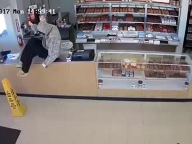 http://media2.wptv.com/photo/2017/11/10/wptv-robber-hands-out-doughnuts_1510308928087_71197524_ver1.0_640_480.jpg